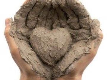 mani cuore argilla